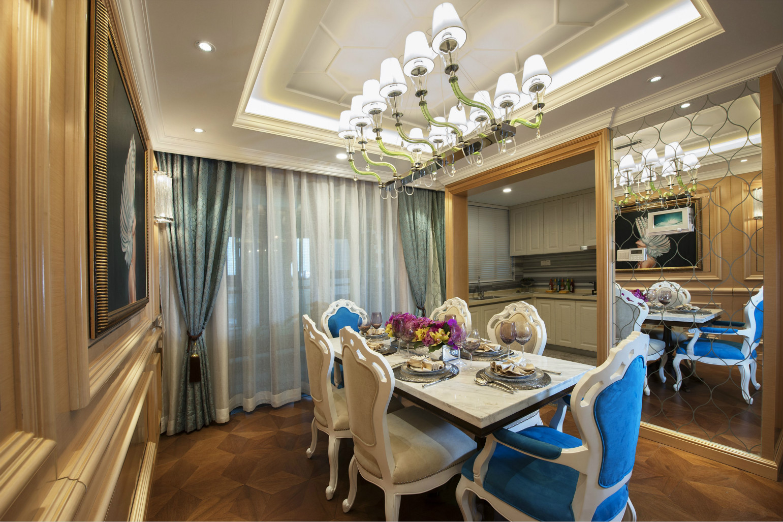 开放式的厨房和餐厅结合起来,顶面还有这吊灯装饰和创意的装饰,时尚总透露出奢华感