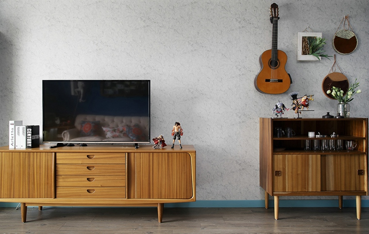 原木的电视柜和立柜又忠于东南亚丰富多彩的植物, 让人想起参天的棕榈树、丰富的水果。