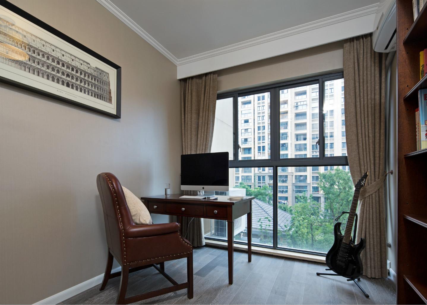 书房里的原木桌椅很有质感,墙角的小提琴传达出了主人的品味。
