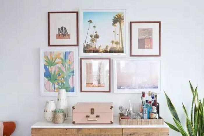 几幅装饰画拼在一起,风景与图画相得益彰,几个小白蛇展示着主人的品味与爱好。