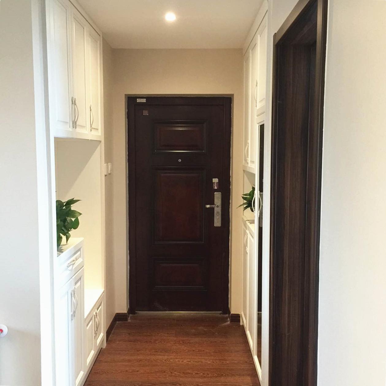 入门玄关处的两侧设计了具有强大收纳功能的橱柜,中间可放置植物、装饰品,旁边可当做换鞋凳来坐。