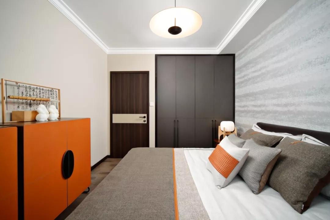 卧室主要以灰、褐为主色调,加以棕黄为点缀,整个空间沉稳淡然,嵌入式通体衣柜设计足够收纳衣物。