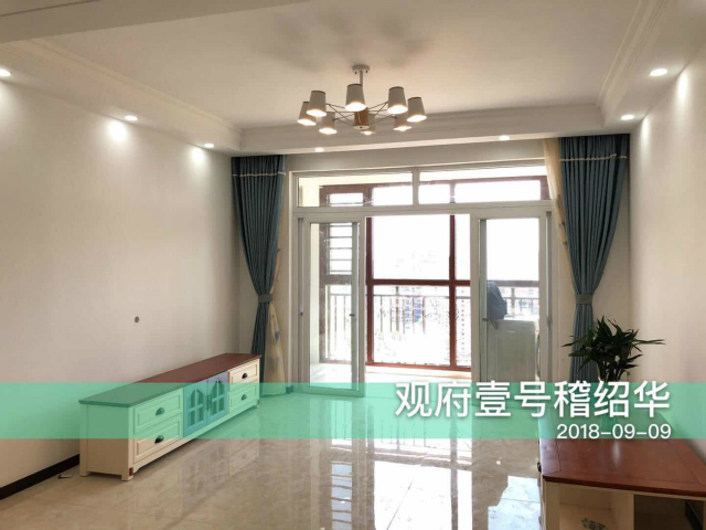 纵观整个客厅通透明亮,推拉门设计将阳台和客厅巧妙隔离,蓝色窗帘点缀其中,为整个空间增添几抹优雅。