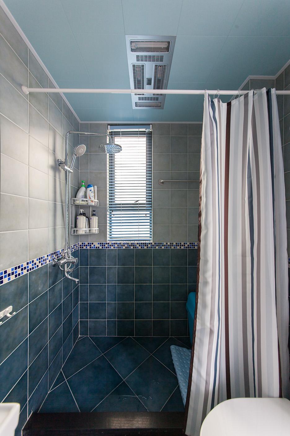 卫生间用遮帘分离洗澡区域和洗浴台,很好的做了干湿分离