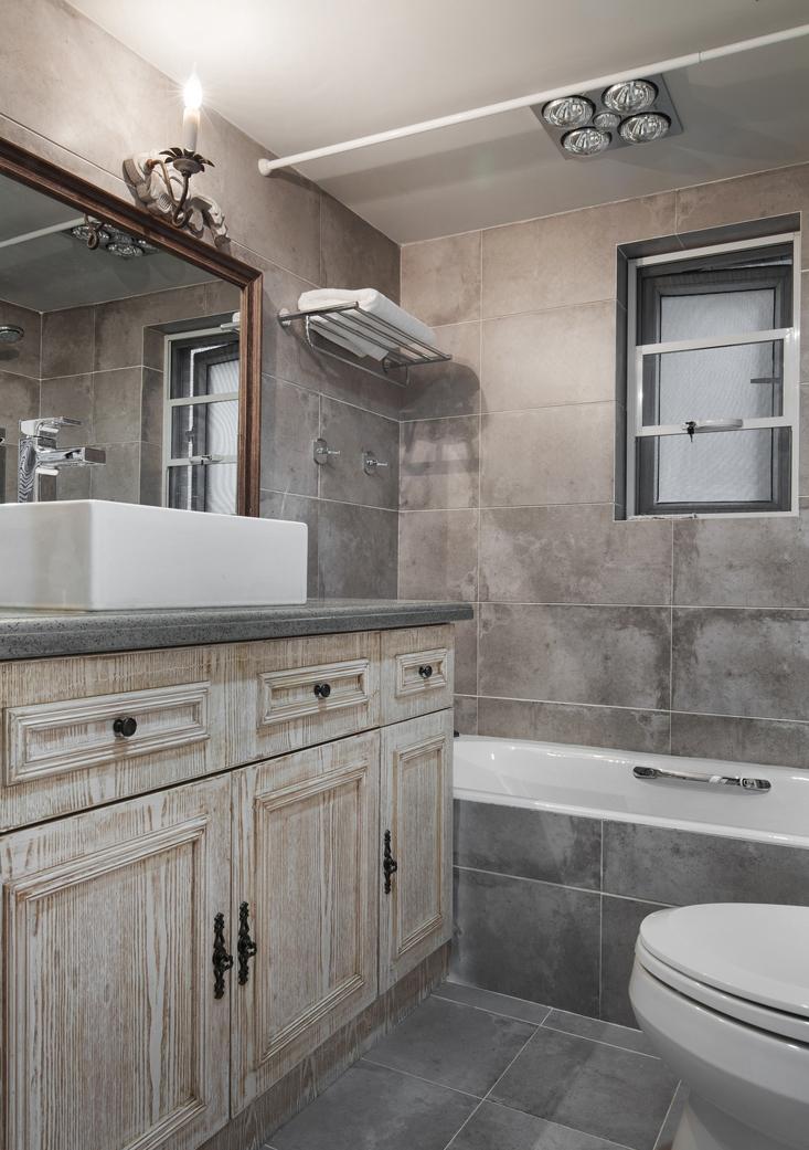 色调十分柔和的卫生间,宽敞的洗漱台、收纳强大的储物柜,为生活提供了便利。