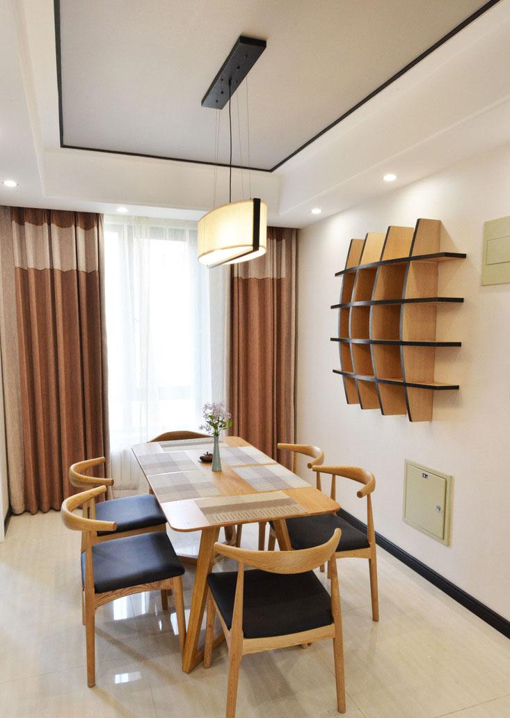 餐厅空间狭小,灰色的顶往往令人难以接受,但在此处却让整个空间更加沉静、内敛。