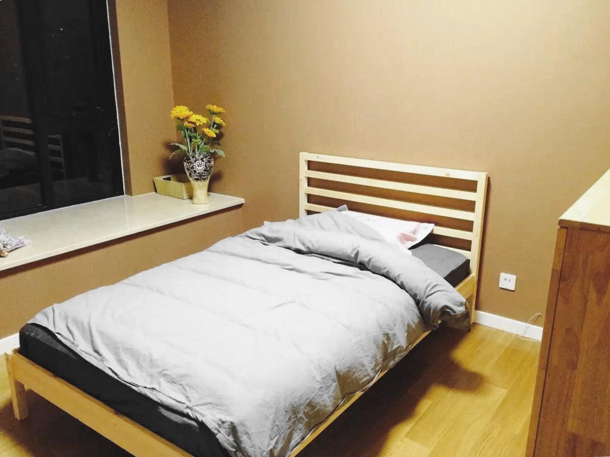 两个卧室都延续了客厅的风格,暖色灯光也让整个空间不再冰冷,温暖如夏。