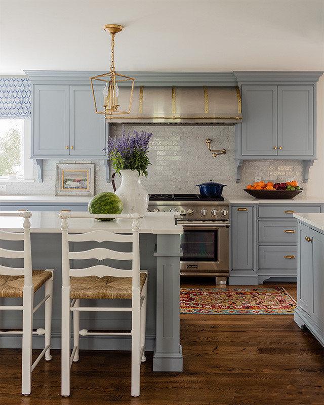 厨柜里干净的颜色与复古灯饰,让人感受到高贵大气。
