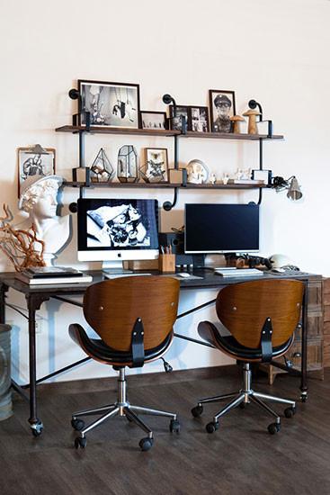 这里偶尔兼做内景拍摄棚,简洁流畅的钢木线条,不加多余的修饰。