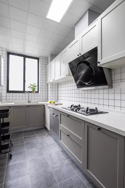 厨房以实用为主,色调简单,白色格子墙砖让空间更有层次。