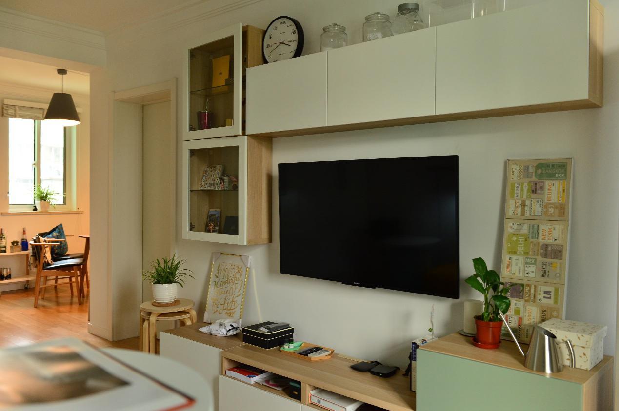 用吊柜和地柜打造了一个有更多收纳空间的背景墙。
