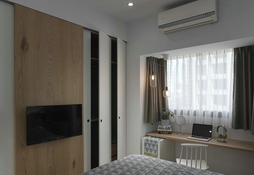 卧室飘窗处设计简易办公区域,方便办公,嵌入式衣柜不占空间。