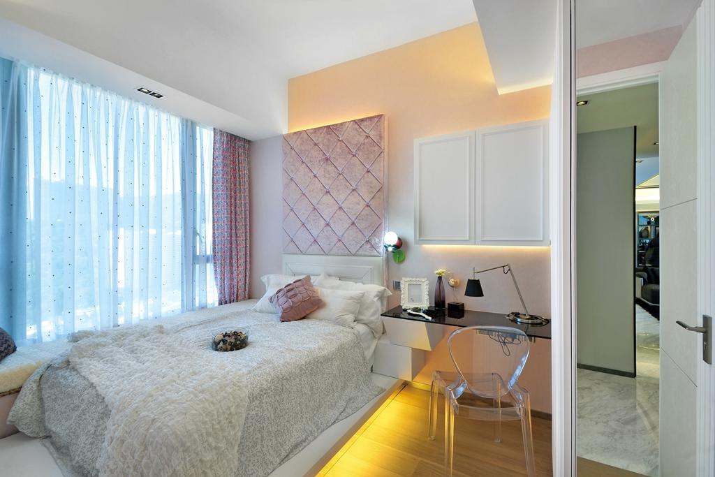 儿童房以粉白色为主,一看就是女孩子的房间,温馨甜美