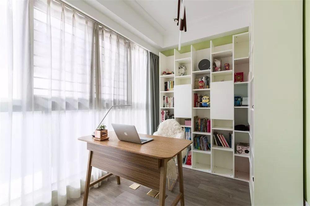 书房的书柜一半开放式一半封闭式,既是装饰也是收纳。摆上了家里所有的书还有空间富余,好看的手办顺势上墙