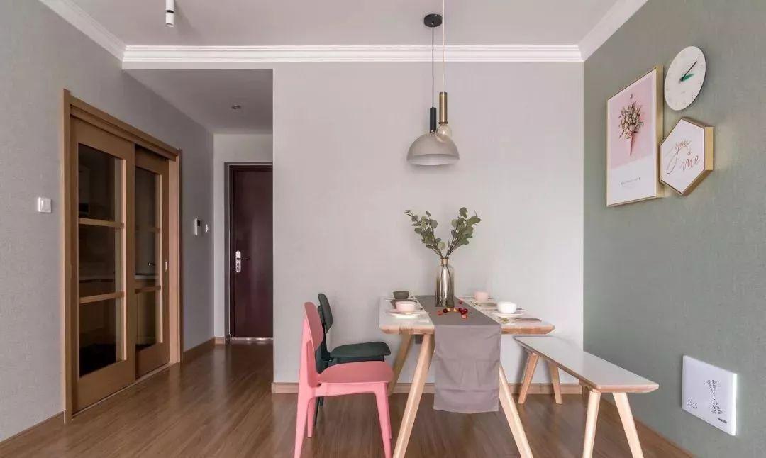 从入户过道进入室内,边上是厨房木色玻璃移门,让过道不显压抑。