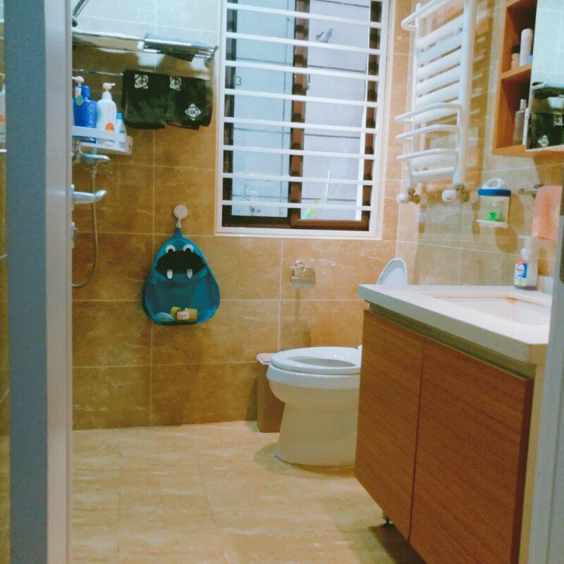 任何一个空间都可以因为一个有趣的小摆件而变得可爱,卫生间马桶旁是一个造型古怪的蓝色怪兽,在它的大嘴巴
