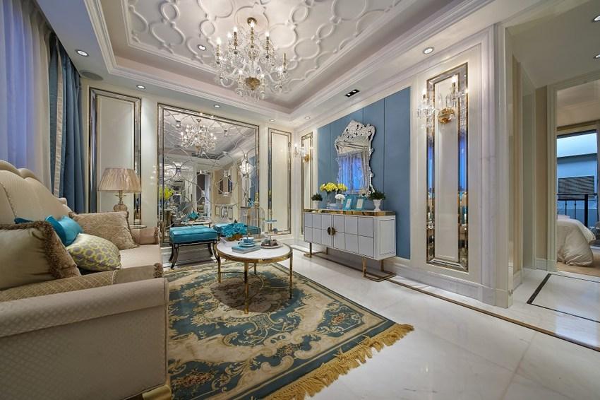 斑斓的天花板,似是为了与华贵的地毯相呼应,便连用语扩大视觉空间的镜面。