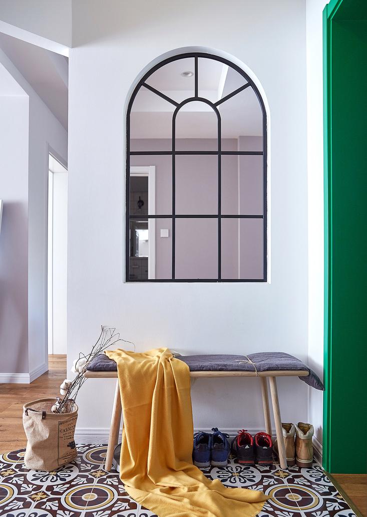 原始户型进门对着卫生间门,没有玄关,后期设计增设了门厅玄关区,满足功能需求。