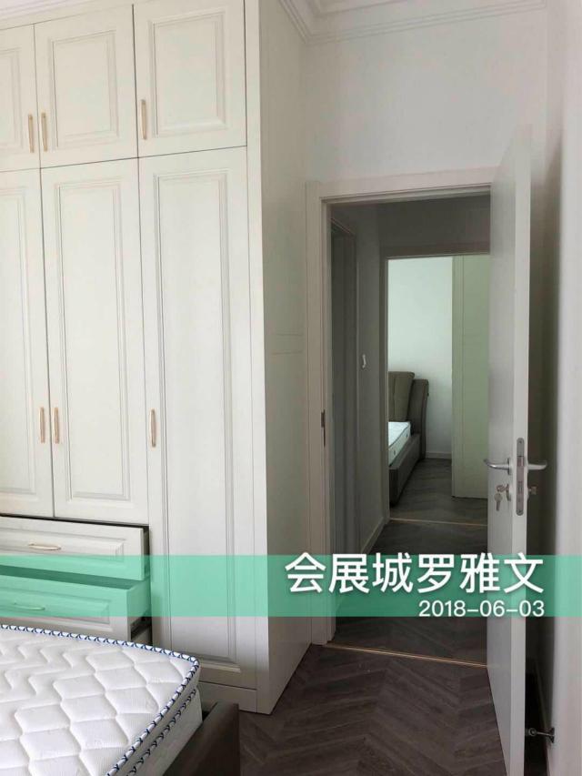 整个卧室都采用了白色为主色调,白色的衣柜与卧室相搭配。