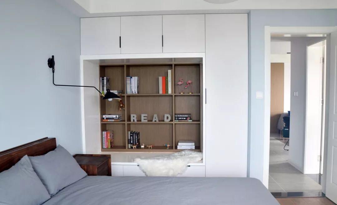 床边的衣柜色彩上呼应了地板的色调,也延续了客厅家具的风格,看起来简洁清爽,宁静朴素。
