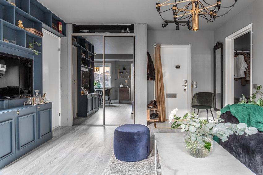 现代风格肯定少不了金属的家具,铜质的吊灯,还有纯白金属的茶几。