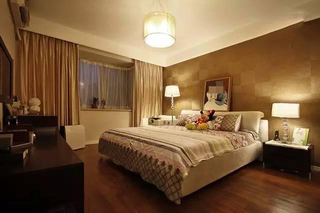 主卧的设计温馨十足,光线柔和,颜色和谐;完美的飘窗设计是足够大的卧室的首选。