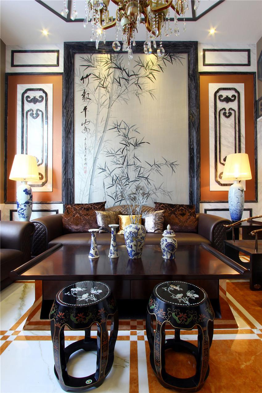 沙发背景墙布置了一副竹子的水墨画,加上茶几上的青花瓷花瓶,最纯粹的中国元素。