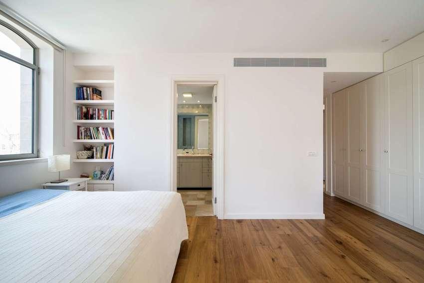 这样的书柜设计对有睡前阅读习惯的人非常有好,便于存取。