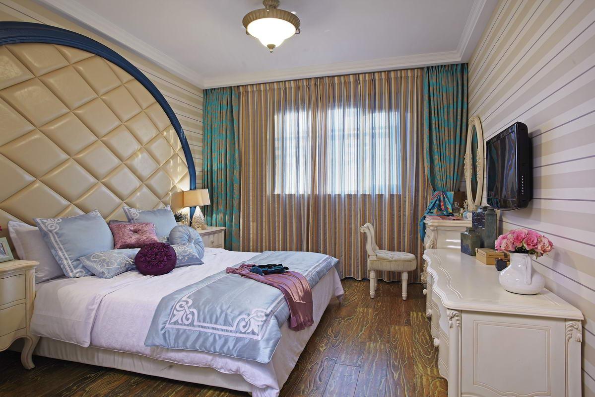 卧室内嵌式的墙面设计和墙角的白色柜子,大大增加 整个空间的收纳功能,美观实用。