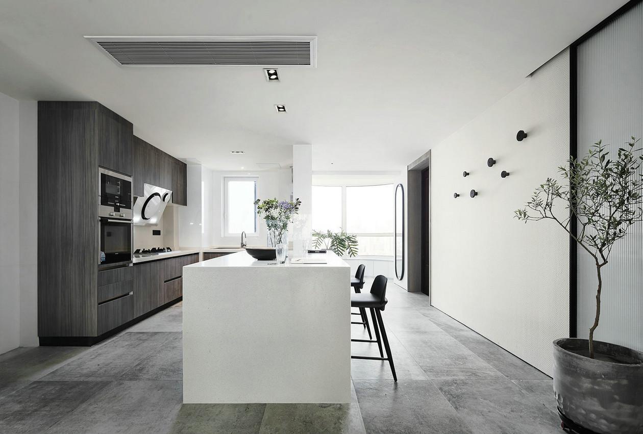 这套餐桌椅的设计采用厚重的形体,贯以现代的设计手法,营造一个大气、实用、现代、安全舒适的居家