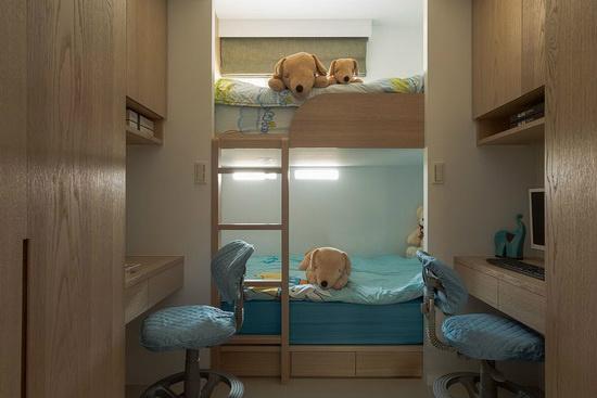 上下铺规划与独立书桌的设计,让年幼的两个小男孩可彼此陪伴,且各拥独立的小天地。
