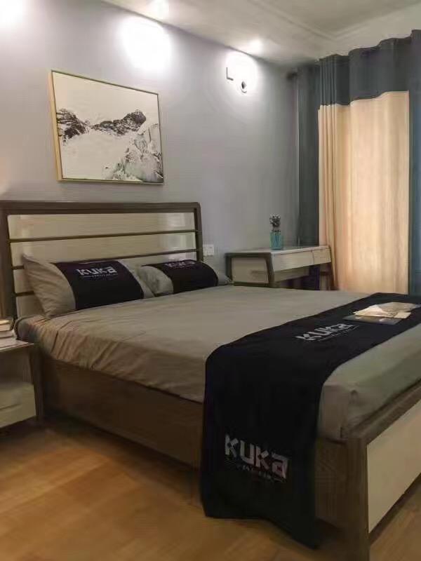 主卧空间很宽裕,里面的家具也经过主人的精挑细选,淡蓝色墙面与窗帘的搭配让卧室变得宁静起来。