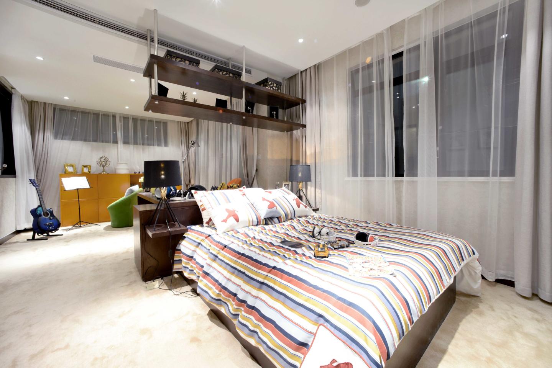 次卧空间很大,既是卧室有事书房,节约大方