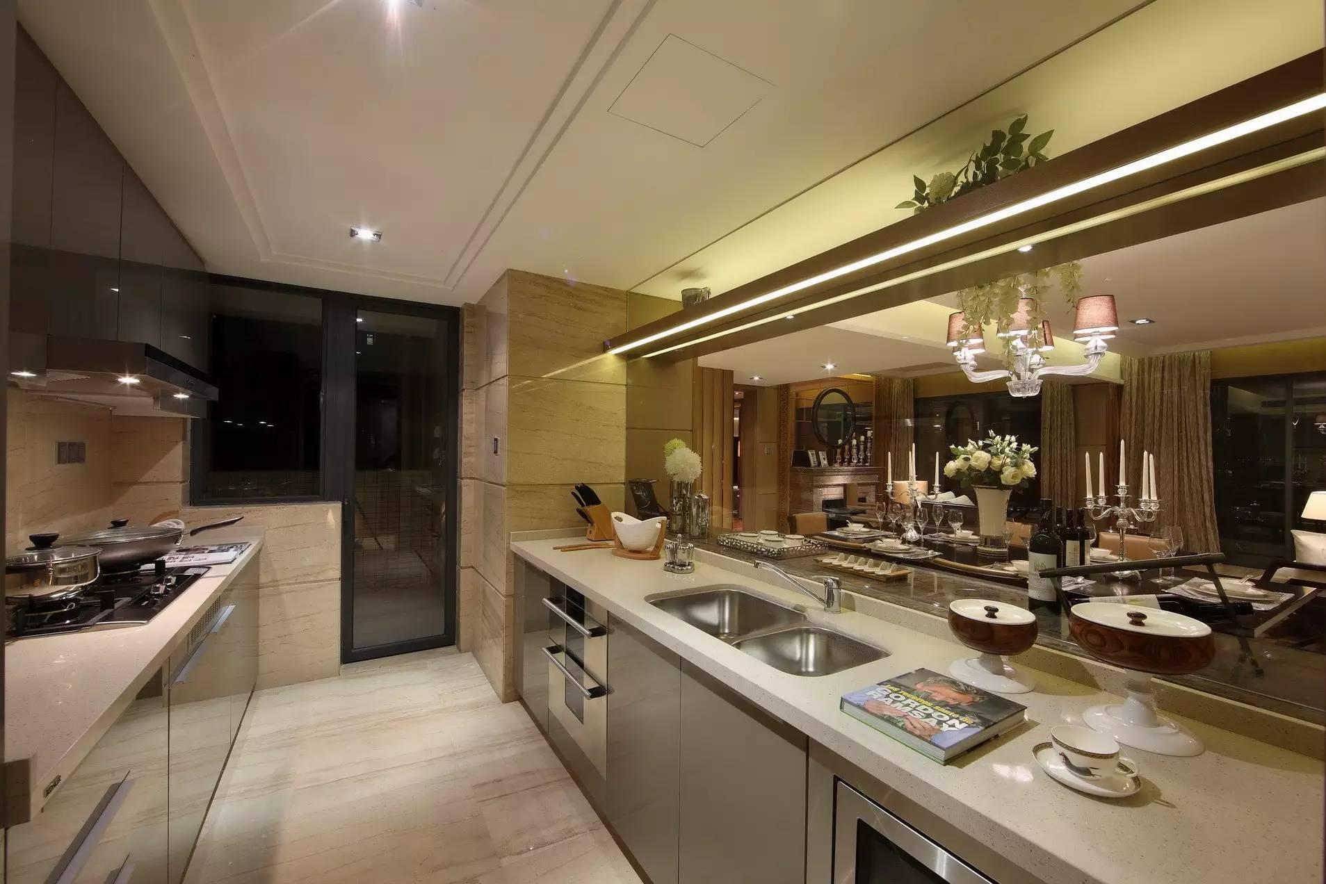 厨房与餐厅以透明玻璃作为隔断,让室内不再封闭,做饭都变得有意思起来。