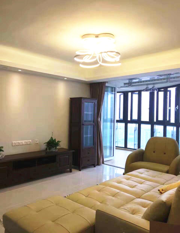 深棕色电视柜同样具有美式风情,在两盆植栽的衬托下,透露着新生活的写意。