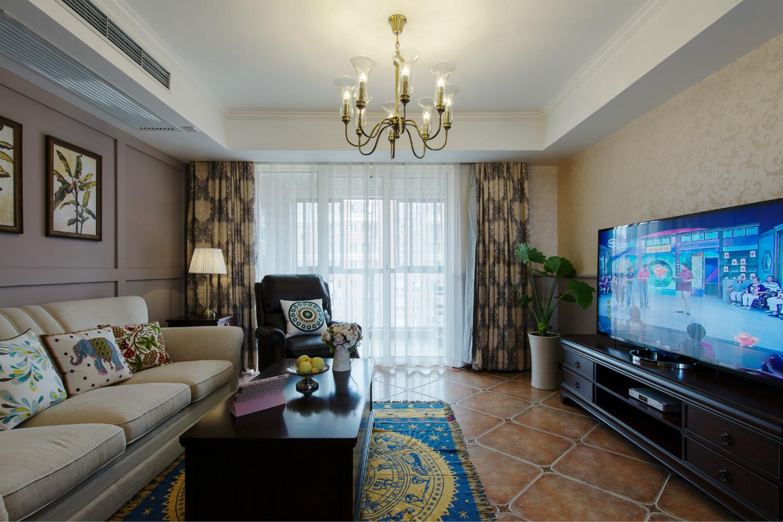 客厅的装饰很沉稳,窗帘与深色木制桌子,电视柜,增加了承重感。