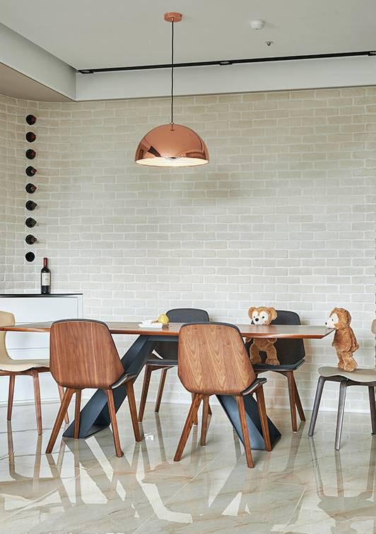 以原木家具作为搭配,呼应空间以原始自然为灵感,结合天花的金属吊灯,注入一抹华丽质感。