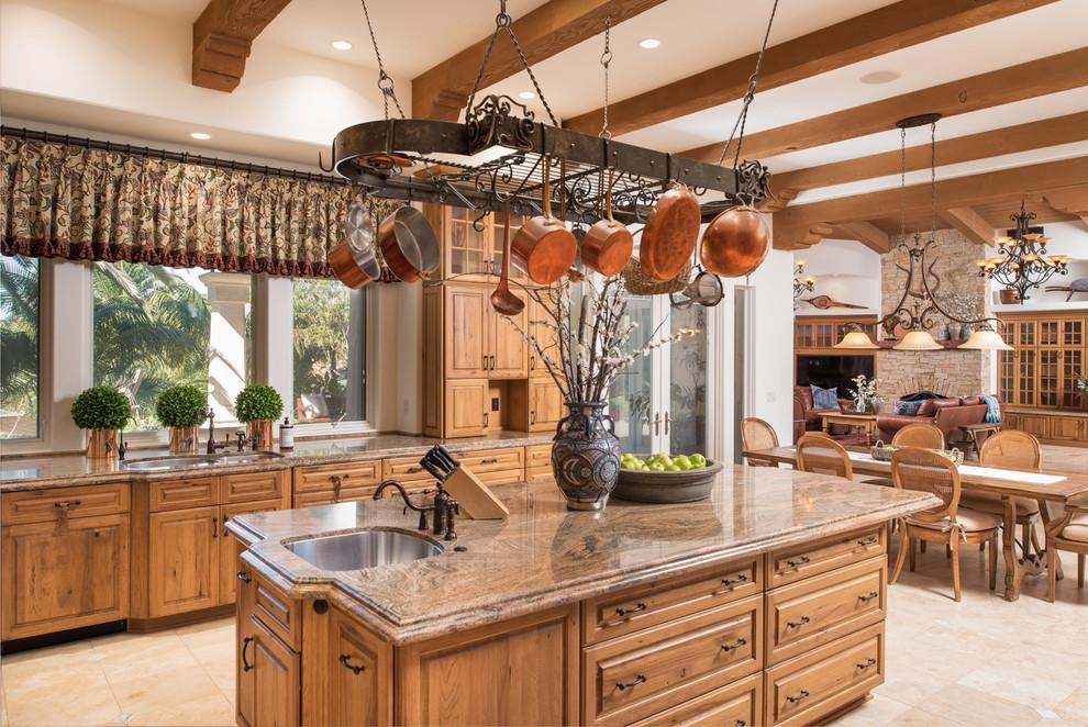 餐厅木质铜色的色彩搭配绿色植物点点缀,摆件让空间增添了温馨之感