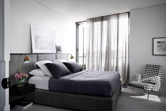 宽敞的主卧室缺乏任何大胆而引人注目的焦点。 它装饰着黑色,白色和灰色的色调。