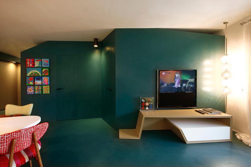 墙面与地面使用同一种颜色,而且是大胆的绿色。