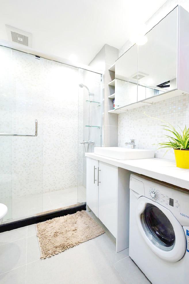 卫生间首先沿袭了整个房子简洁清爽的配色,保持干湿分离的传统格局,也更加干净便于清洁。