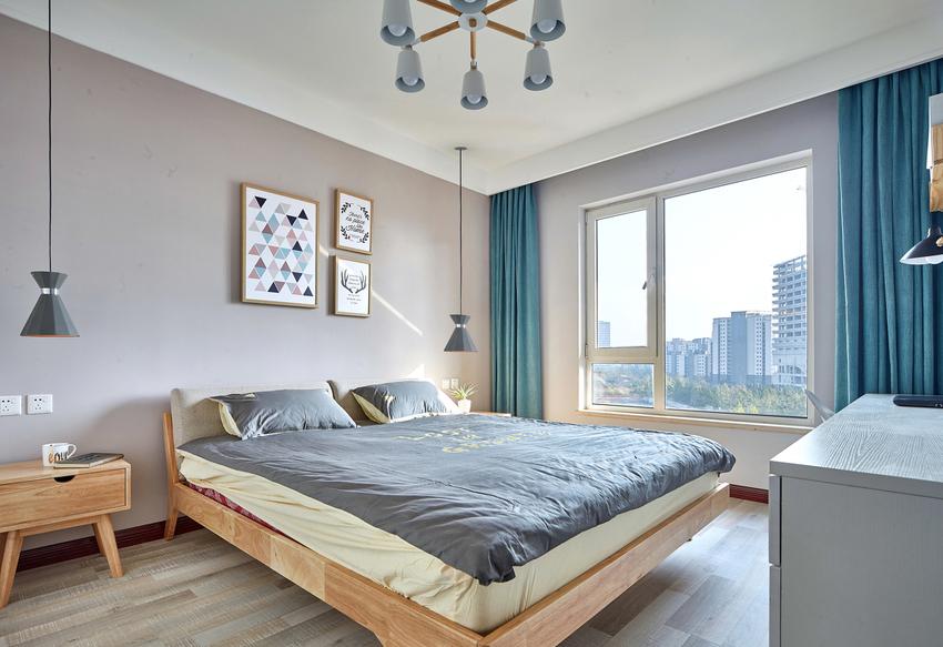 主卧的色彩搭配更加符合年轻人的审美需求,原木色的床加上浅灰的背景色和床品,让整个空间安静舒适。