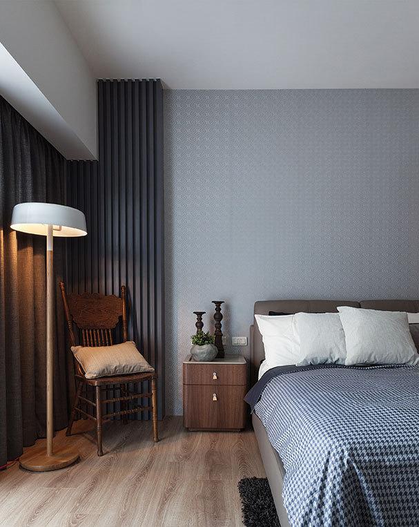 包柱线板利用浅灰阶木设计,与窗帘、家饰等软件颜色相近,打造出融为一体的氛围效果。