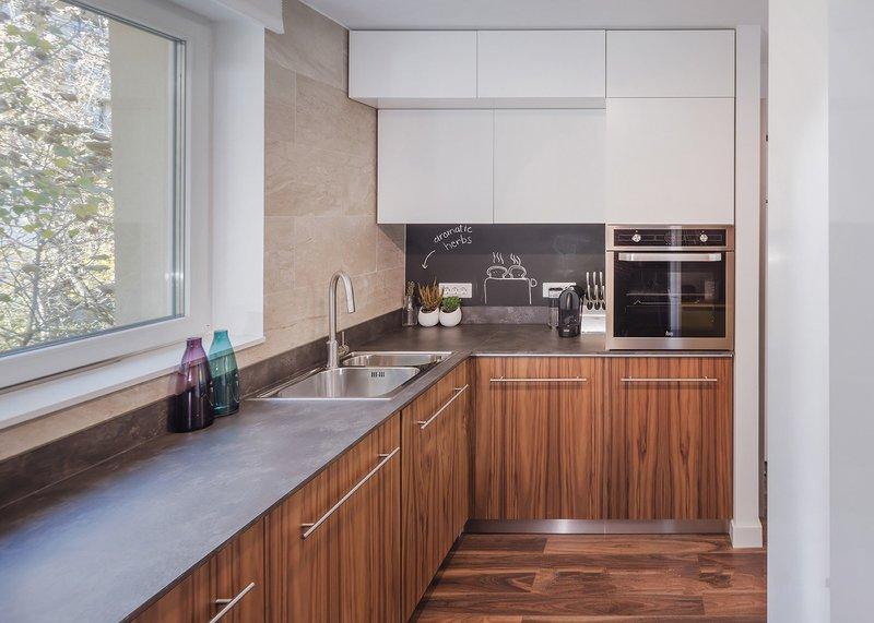 """在厨房区利用黑板漆的元素,让墙面看起来就像一个有趣的""""大标签"""",也为屋主的料理时光增添了些许美好。"""