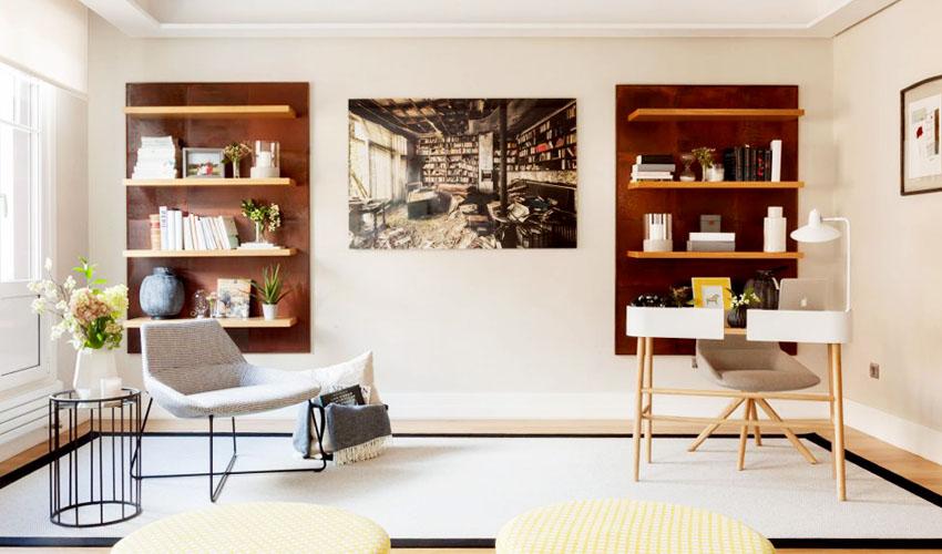 书房在客厅的一侧,猜想这对称的书架中间原本是不是留作电视背景墙,不过在这样有限的空间中,合理的布局,