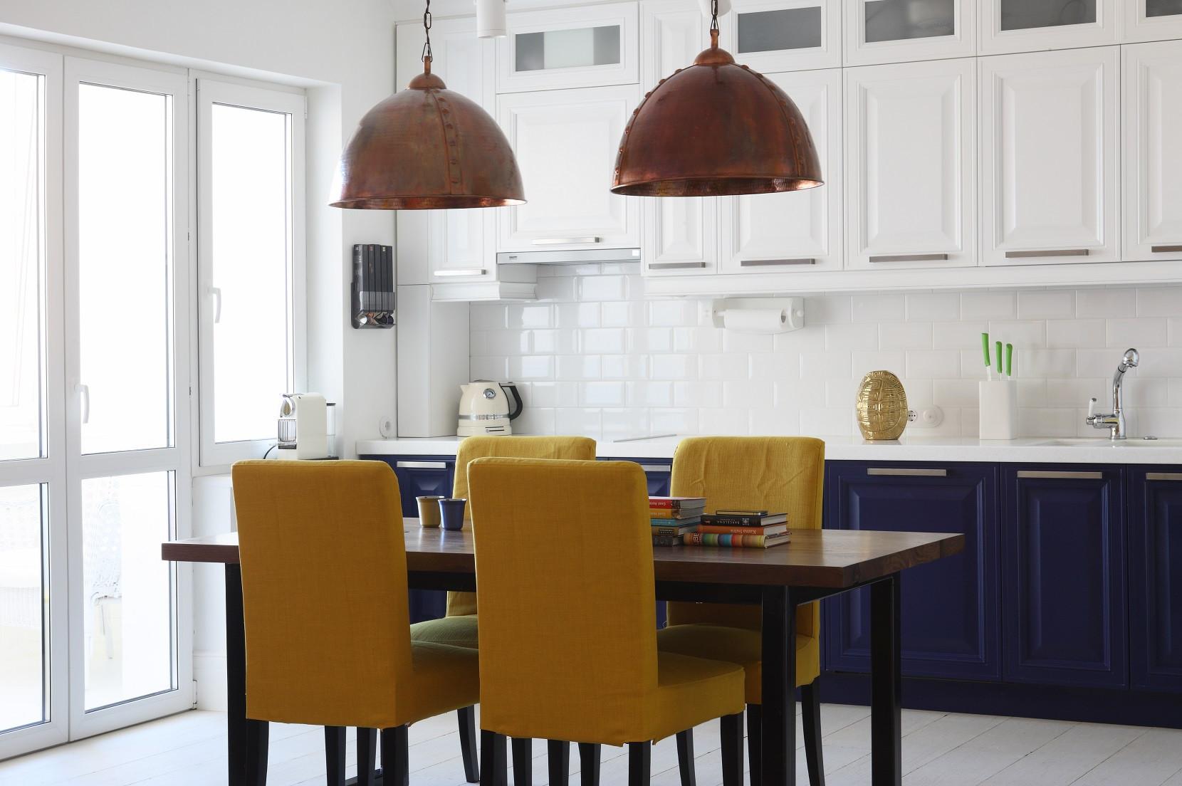 厨房和餐厅是一体化的,白色和蓝色的搭配整体清爽干净