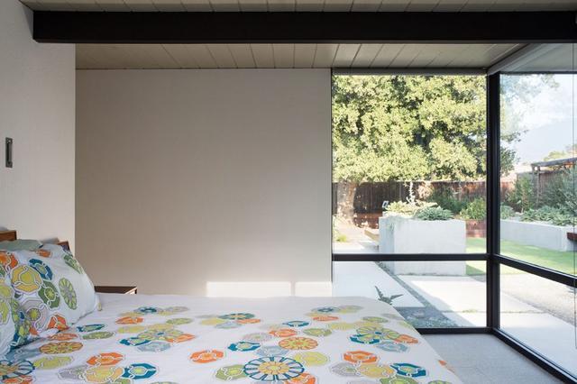 卧室宽敞的落地窗设计,开阔的视野,很养眼。