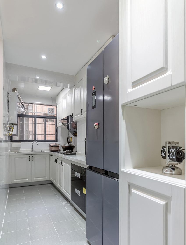 厨房门口的小立柜即解决了出入口的小物件收纳,也解决了冰箱侧面收口问题。