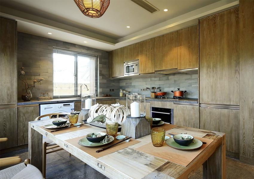现代风格的天花板设计,配以天然材质的家具,不浮夸不造作,凝重而自然。