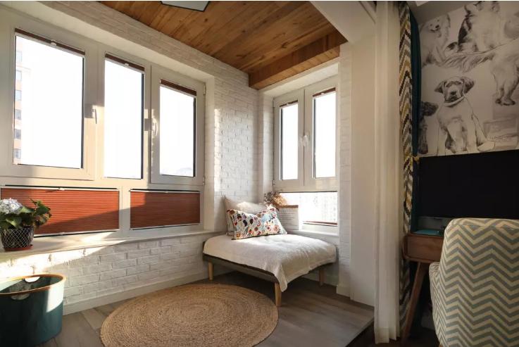 阳台下侧部分用了白色文化砖墙处理,多出一部分作为台面使用,可以放置小植被,或者几本书,一杯咖啡。